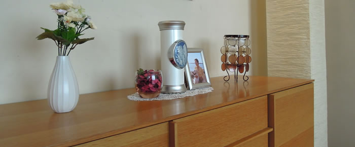 【小さなデザイン骨壷】自宅のリビング・寝室で最愛の故人を手元供養