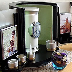想い出の写真を飾ることを配慮したモダンな仏壇です。